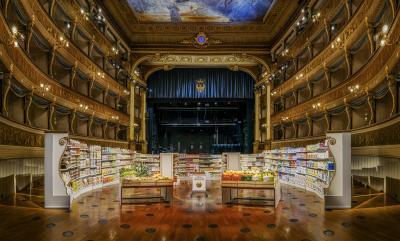 """Un supermercato all'interno del Teatro Sociale di Trento: l'opera """"INTERIM MEASURE"""" (Misura temporanea)"""